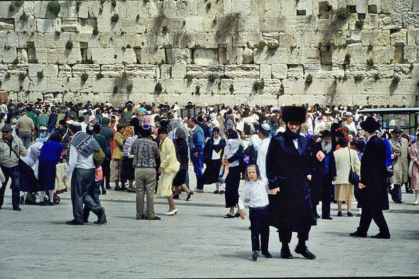 Die Klagemauer ist mit einer Breite von etwa 50 Metern und einer Höhe von rund 18 Metern  eines der am meisten besuchten Ziele in ganz Jerusalem.