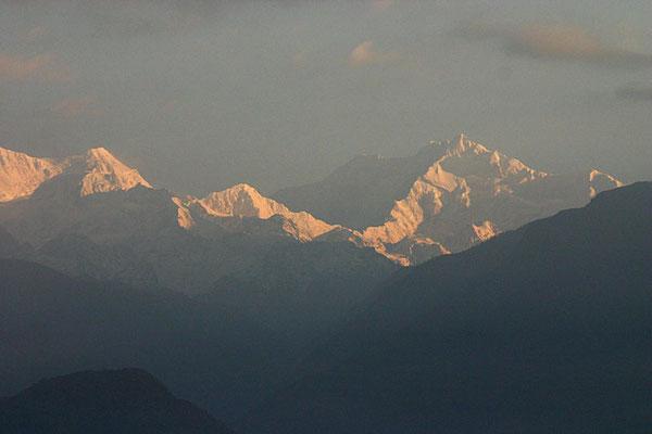 Gewaltig präsentiert sich der Kanchenjunga, mit 8.586 m Höhe der dritthöchste Berg der Erde.