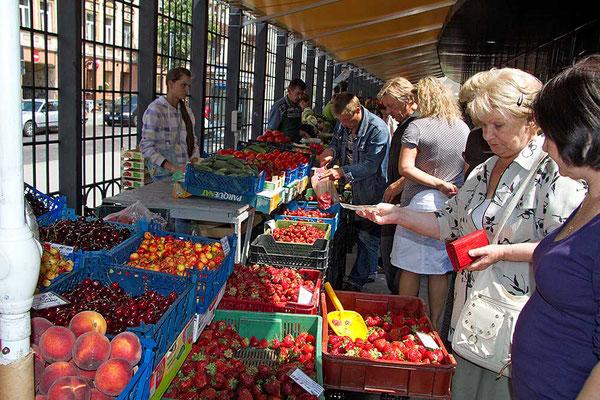 Leckeres frisches Obst und Gemüse in der Markthalle in Vilnius.