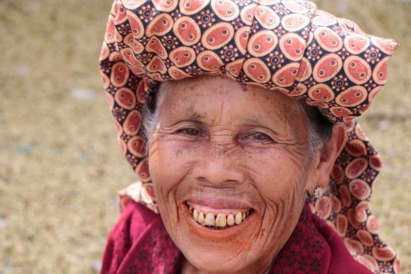Batak-Frau in Dokan. Bei den Muslimen sind die Batak verpönt, da sie Schweinefleisch essen. Sie essen aber auch mit Vorliebe Hunde.