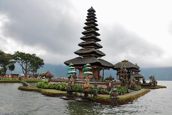 Der Bratansee ist ein Vulkansee nahe Bedugul, dessen Wasser als heilig gilt. Die Tempelanlage wurde um 1663 errichtet