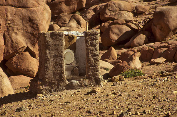 Welch ein Luxus! -  Ein WC mitten in der Wüste,  allerdings ohne Tür.