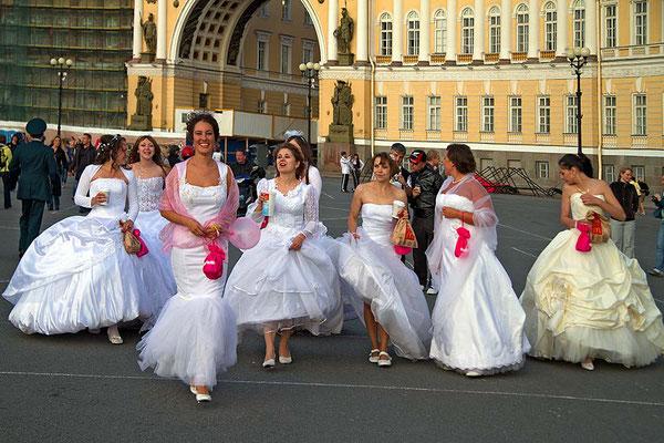 Aufmarsch der Bräute auf dem Schlossplatz von St. Petersburg.