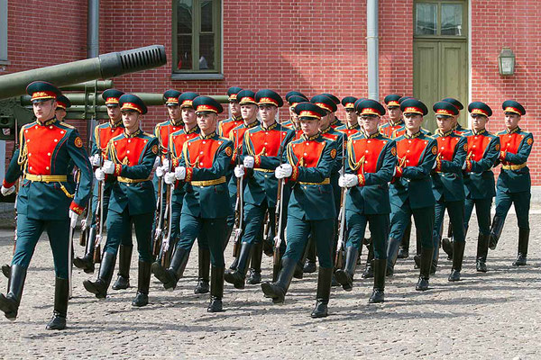 Parade. Aufmarsch auf der Festungsinsel Peter und Paul / St. Petersburg.