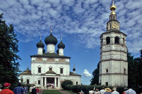 Wir nähern uns der Dimitri-Blut-Kirche,  die neben der Erlöser-Kirche und anderen Baudenkmälern  am Wolga-Ufer steht –