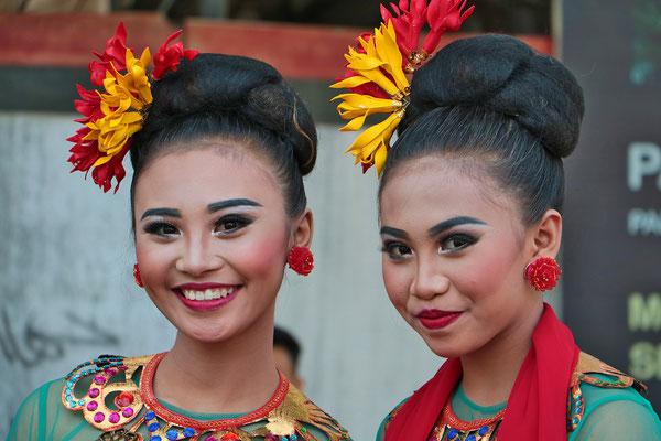 Zwei Grazien in dem Städtchen Malang auf Java