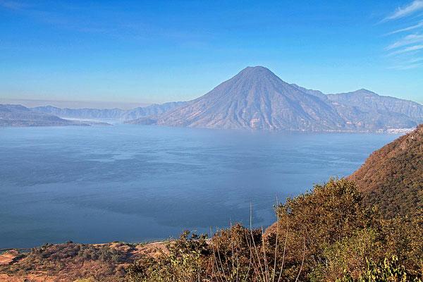 """Blick auf den """"Lago de Atitlán"""" in Guatemala. Der See liegt ca. 1560 Meter über dem Meeresspiegel."""
