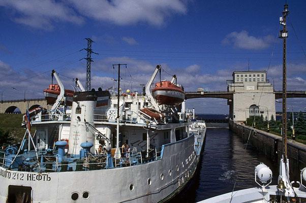 Die Schleusenanlage von Gorodez ist mit einem großen Wasserkraftwerk verbunden, das 520 000 KW leistet.