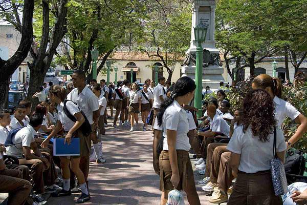 Der Schulunterricht in Santiago de Cuba ist zu Ende und die jungen Leute warten auf den Bus.