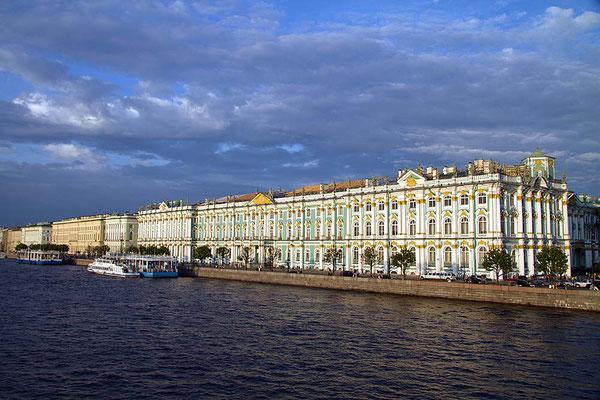 Der Winterpalast von St. Petersburg am Ufer der Newa.
