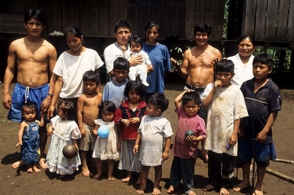 Ein Teil der Familie unseres Gatgebers Carlos Waruscha. Er ist 40 Jahre alt und seine Frau 39. Sie haben 13 gesunde Kinder und das 14. ist unterwegs. Zwei weitere Kinder sind ihnen bereits gestorben. Die älteste Tochter ist 26 und hat auch schon 3 Kinder.