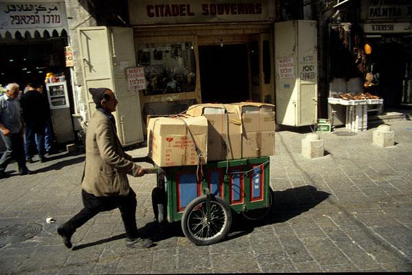 Da die Innenstadt für den Autoverkehr weitestgehend gesperrt ist, behilft man sich mit einfachen Transportkarren.