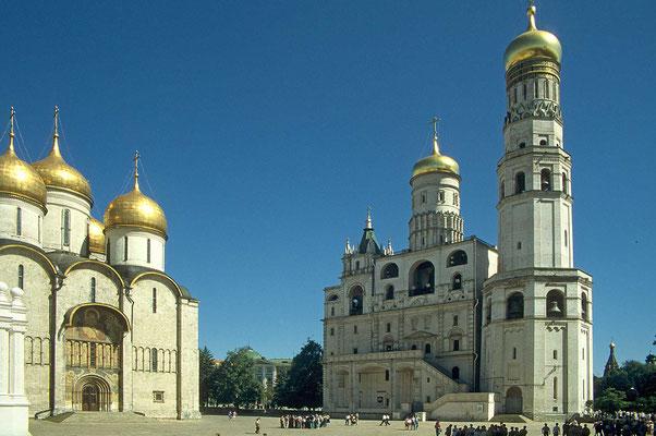 Im Kreml steht man staunend vor der Gewandlegungskirche, daneben der Glockenturm Iwan des Großen.