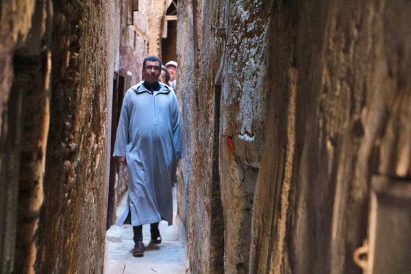 920 Gassen und Gässchen führen durch die Medina von Fes. Die schmalste Gasse ist gerade mal 50 cm breit.