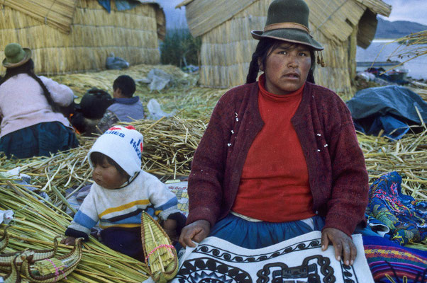 Die Urus-Indianer leben heute noch,  wie vor hunderten von Jahren im Titicacasee,  auf diesen kleinen schwimmenden Inseln aus der Totorabinse.