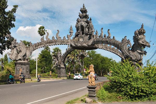 Das Tor zu Bali überspannt die Straße nach der Ankunft mit der Fähre
