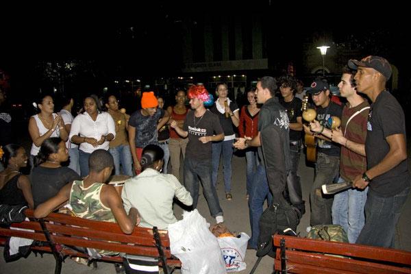 Junge Leute feiern ausgelassen mit Musik und Tanz auf dem Plaza Central in Santa Clara.