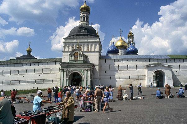 Das Sergios-Kloster ist nicht nur eines der beliebtesten Touristenziele, sondern es zieht auch viele Pilger an.