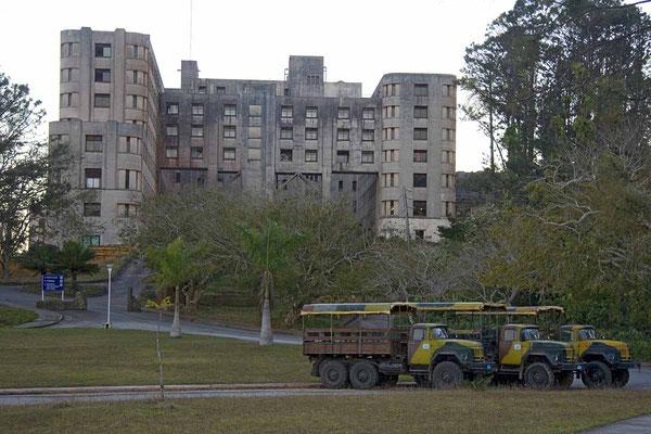 """Tristesse im Nationalpark """"Topes de Collantes"""". Das Kurhotel hat mehr als 1000 Betten und ist ziemlich marode. Auf der Ladefläche dieser russischen Laster wird man zum Ausgangspunkt der Wanderung gekarrt."""