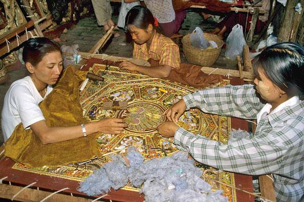 Wahre Kunstwerke sind die Kalaga-Wandbehänge, welche überwiegend von Mädchen angefertigt werden.
