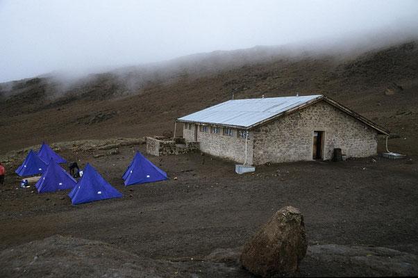 Auf dem Weg zum Kilmandscharo - Zeltlager bei der Kibo-Hütte.