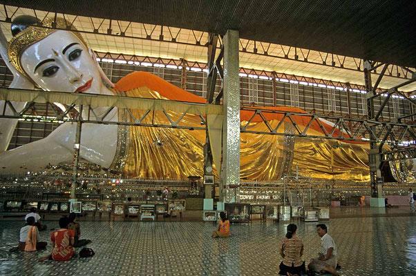Der etwa 55 m lange und 16 m hohe liegende Buddha von Shwethajaung war lange Zeit von Pflanzen überwuchert.