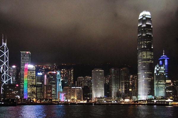 Die Skyline von Hongkong bei Nacht.