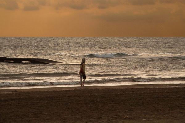 Morgenspaziergang am Hotelstrand bei Bandar Anzali am Kaspischen Meer.