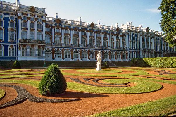 In überschwelgendem Barock entstand die aufwendigste Sommerresidenz - der Katharinenpalast.
