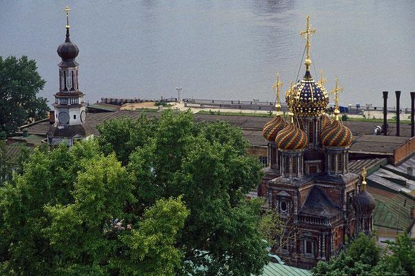 In Nischni Novgorod an der Oka-Mündung liegt auf der anderen Fluss-Seite hinter der Kulisse des Hafens die Alexander-Newski-Kirche.