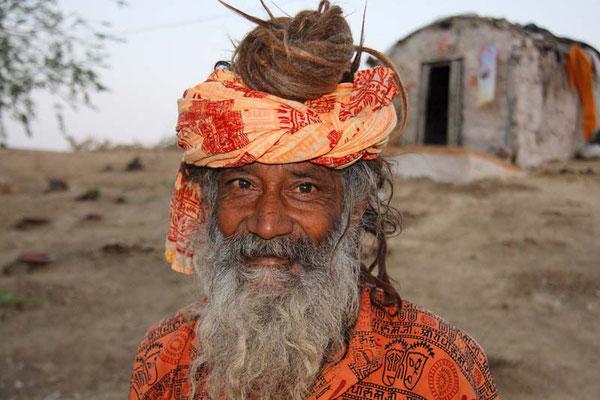 Asket, nahe beim Gadi Sagar, einem künstlichen See in Jaisalmer. Ein Asket, der vor seiner Hütte sitzt und auf die ersten Sonnenstrahlen wartet, reizt mich für ein Foto. Er will mich in seine Hütte einladen ........
