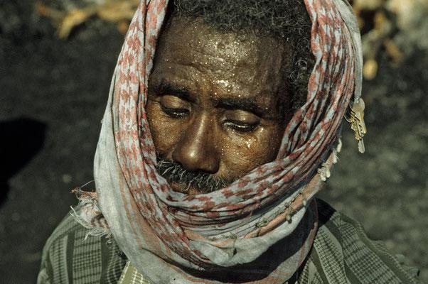 In sengender Hitze und unter dem Gemurmel von Koranversen verrichten die Männer ihre Schweiß treibende Arbeit am Kalkbrennofen bei Mukalla am Indischen Ozean.