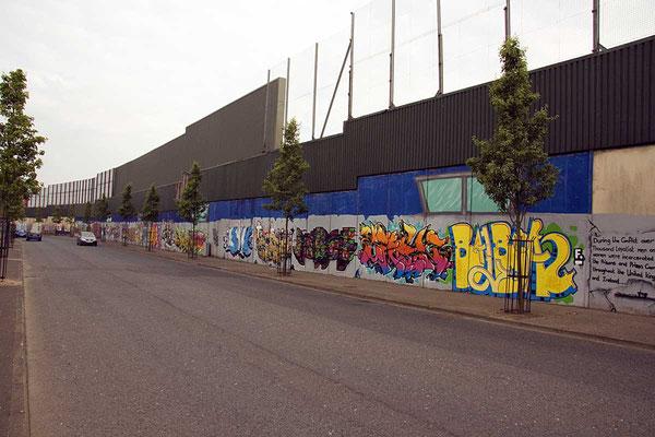 """Die Mauer """"Peace Wall"""" um das katholische Viertel bietet viel Platz für politische Wandmalereien."""