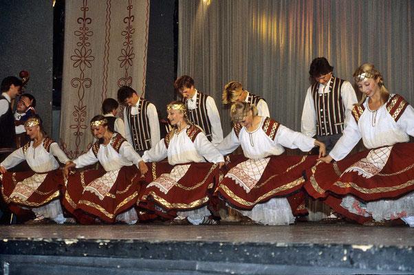 Das Folklore-Ensemble von Pedrosawotzk überrascht uns mit einer fast zweistündigen Darbietung von Volkstänzen  mit Musik und Gesang.