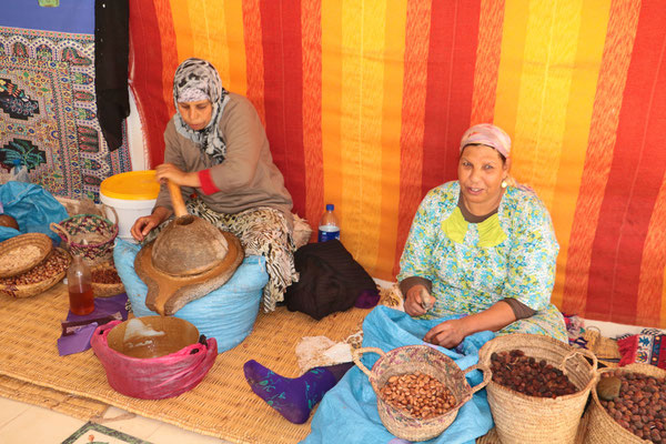 Frauen bearbeiten die Argano-Früchte (Kernfrucht). Die Früchte werden von Ziegen gefressen und ausgeschieden. Das aus den Kernen gewonnene Öl wird sowohl zu Speiseöl verarbeitet als auch in der Kosmetik verwendet.