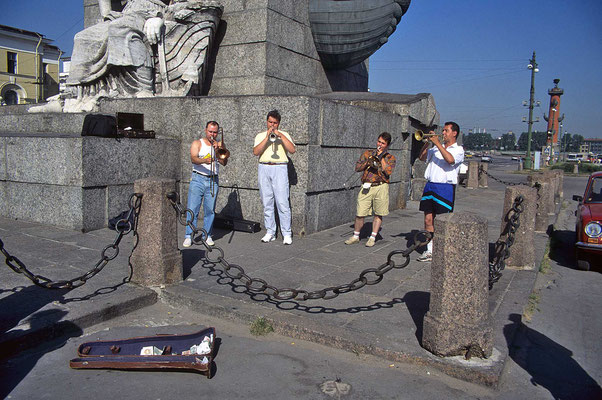 Musiker bei den Rostra-Säulen in St. Petersburg.