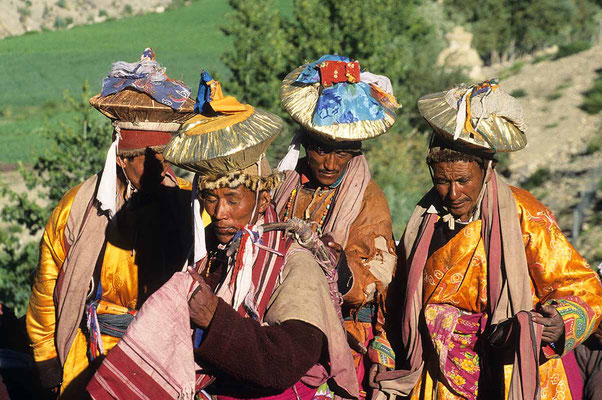 Ein besonderes Erlebnis: Eine Hochzeitsgesellchaft, dabei die Männer beim traditionellen Tanz.