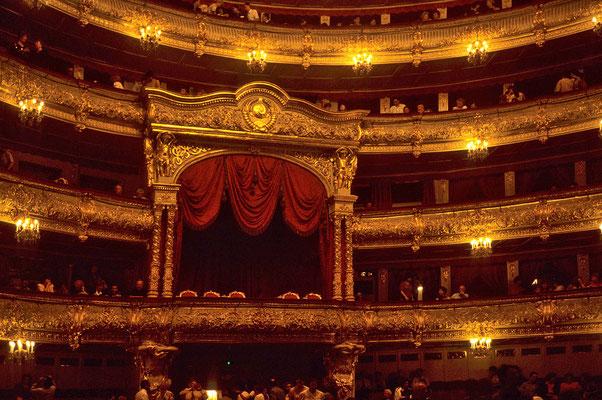 Nachdem 1853 die gesamte Inneneinrichtung des Bolschoi-Theater verbrannte,  stattete man es auf das Prunkvollste aus. Heute verfügt das Haus über 1800 Zuschauerplätze.