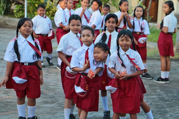 Schulkinder im Schulhof einer Schule in Pemuteran auf Balis Nordseite