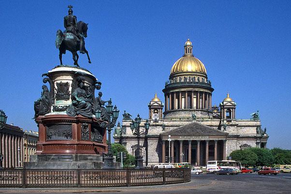 Markant ist mit 102 m Höhe der drittgrößte Kuppelbau der Welt – die Isaaks-Kathedrale.
