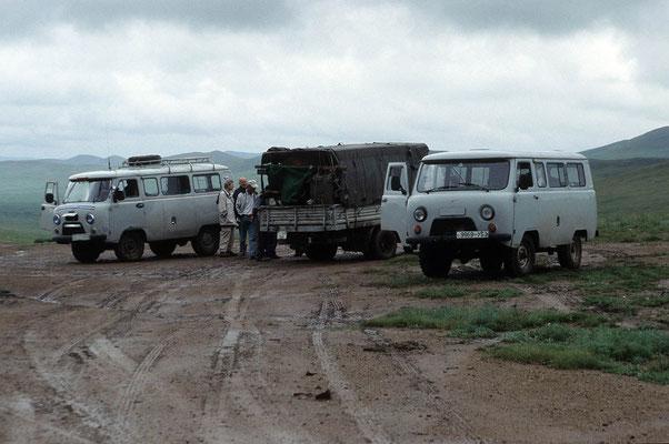 Die Straße ist in der Mongolei überall dort, wo es möglich ist zu fahren. Bei schlechtem Wetter ist dies oft ein Problem.