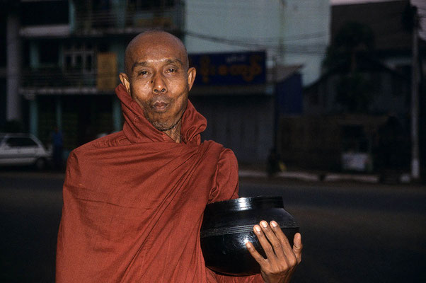 """Mönch mit dem sogenannten """"Almosentopf"""". Der gläubige Buddhist ist jedoch dankbar, dass die Mönche seine Spende annehmen."""