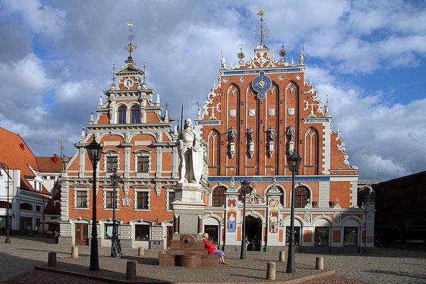 Das schmucke Schwarzhäupterhaus bringt auf den Rathausplatz von Riga hansiatisches Flair.