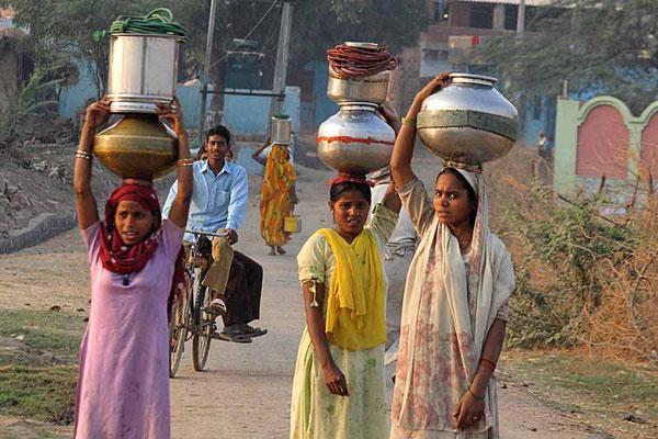 Mädchen beim Wasser holen in der Nähe von Agra.