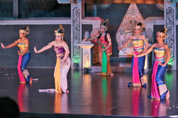 Am Abend besuche ich eine traditionelle Ramayana-Tanzaufführung, eine getanzte Liebesgeschichte in Yogyakarta
