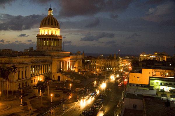 Das Capitol in Havanna bei einbrechender Dunkelheit.