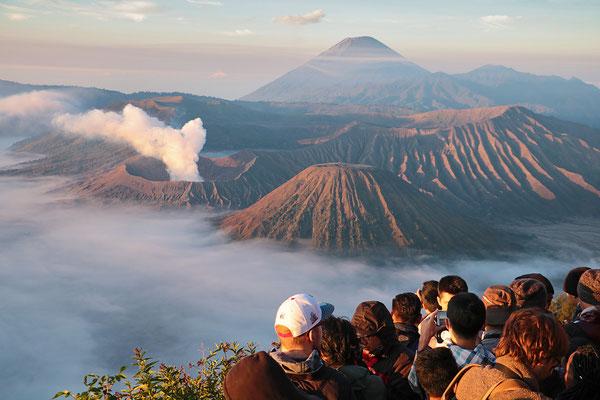 Blick auf den Krater des Vulkan Bromo bei aufgehender Sonne