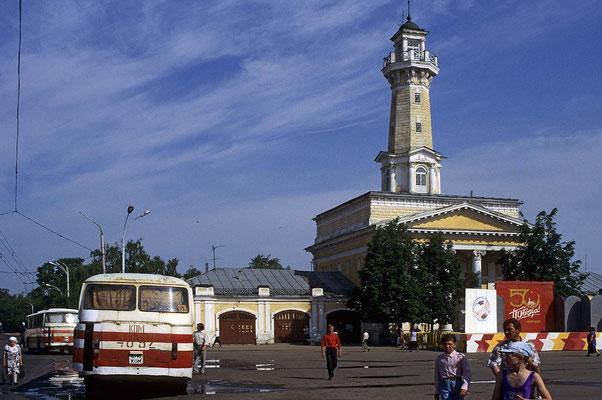 Der aus den Jahren um 1820 stammende Feuerwachturm markiert die Stadtmitte von Kostrama.