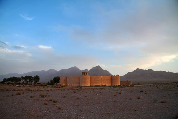 Für eine Nacht in der Karawanserei Zein o-Din . Sie liegt an der alten Seidenstraße inmitten der Wüste.