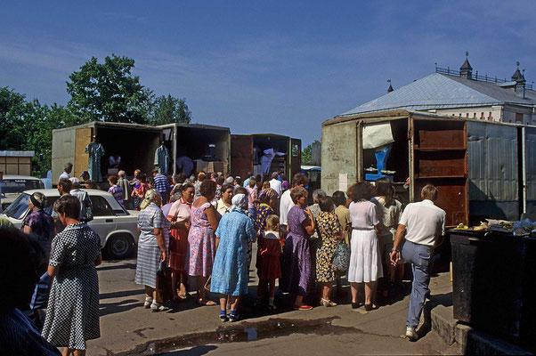 Auf dem Markt herrscht lebhaftes Treiben. Viele Waren werden angeboten. Besonders die lebensnotwendigen Dinge sind begehrt.